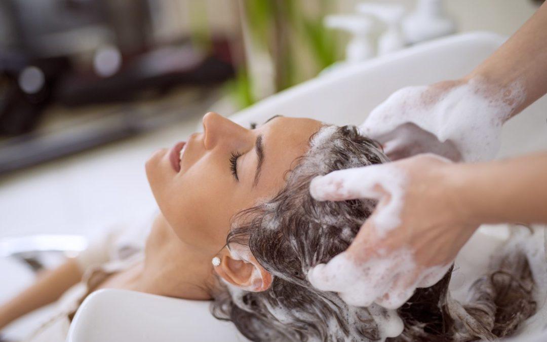 Lavi i capelli ogni giorno? Sbagliato, ecco la spiegazione degli esperti e come rimediare